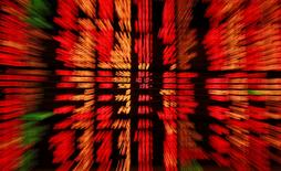 Les Bourses européennes évoluent dans le rouge mardi à la mi-journée et Wall Street est également attendue en baisse à l'ouverture, sur fond d'inquiétudes persistantes sur le ralentissement de l'économie chinoise et dans l'attente de la publication du compte rendu de la réunion de politique monétaire de la Réserve fédérale le mois dernier.  Vers 12h30, le CAC 40 cédait 0,57% à Paris, le Dax abandonnait 0,95% à Francfort et le FTSE reculait de 0,85% à Londres. /Photo d'archives/REUTERS/Chaiwat Subprasom