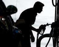 Una persona cargando combustible en una gasolinera en Miami, abr 23 2008. Los precios del petróleo se estabilizaban el miércoles, después de un periodo bajista de seis semanas marcado por un exceso global de suministros y preocupaciones sobre la caída de la demanda en las economías de Asia y Estados Unidos. REUTERS/Carlos Barria