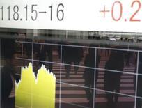 Personas se reflejan en un tablero electrónico que muestra la tasa cambiaria entre el yen japonés y el dólar estadounidense, afuera de una correduría en Tokio, 20 de noviembre de 2014. Las acciones, el petróleo y las monedas de mercados emergentes caían el jueves por el aumento de la ansiedad sobre la salud de la economía global ante la disminución de las expectativas de una subida inmediata de tasas de interés de Estados Unidos tras las últimas minutas de la Reserva Federal. REUTERS/Toru Hanai