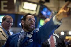 Operadores trabajando en la Bolsa de Nueva York, 20 de agosto de 2015. Wall Street caía el jueves por cuarto día seguido, después de que la Reserva Federal destacó su preocupación por el crecimiento global y ante la caída de las acciones financieras por la especulación de que el banco central estadounidense no subiría las tasas de interés en septiembre. REUTERS/Brendan McDermid