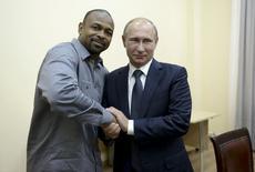 Russian President Vladimir Putin (R) meets with U.S. boxer Roy Jones, Jr. in Sevastopol, Crimea, August 19, 2015. REUTERS/Aleksey Nikolskyi/RIA Novosti/Kremlin
