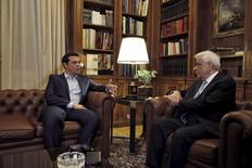Премьер-министр Греции Алексис Ципрас на встрече с президентом Прокописом Павлопулосом в Афинах. 20 августа 2015 года. Президент Греции в пятницу официально дал консервативной оппозиции шанс сформировать новое правительство после отставки премьер-министра Алексиса Ципраса, но стране, судя по всему, почти наверняка придется проводить выборы в сентябре. REUTERS/Alkis Konstantinidis
