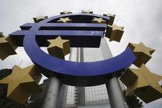 Escultura do logo do euro na ex-sede do Banco Central Europeu, em Frankfurt.  08/07/2010   REUTERS/Ralph Orlowski