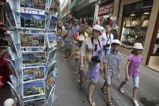 A Valence. La fréquentation touristique a bondi de 6,3% en juillet en Espagne, le pays profitant de la faiblesse de l'euro et attirant des visiteurs ayant délaissé d'autres destinations pour des raisons de sécurité. Quelque 8,8 millions de touristes sont arrivés en Espagne en juillet, ce qui porte le nombre total de visiteurs recensés depuis le début de l'année à 38 millions, deux chiffres record. /Photo prise le 23 juillet 2015/REUTERS/Heino Kalis