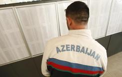 Мужчина на участке для голосования в деревне Нардаран в Азербайджане 9 октября 2013 года. Центральный банк Азербайджана (ЦБА) запретил коммерческим банкам продавать доллар более чем за 1,055 маната, чтобы сбить ажиотаж на валютном рынке, сказал Рейтер высокопоставленный источник в ЦБА. REUTERS/David Mdzinarishvili