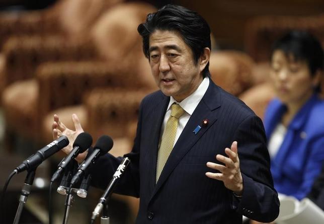 8月24日、安倍晋三首相は午前の参議院予算委員会で、日本経済について「好循環は着実に回り、デフレではない状況を作り出した」とし、「四半世紀ぶりの良好な経済状況を達成しつつある」と語った。写真は、安倍首相、2月撮影(2015年 ロイター/Toru Hanai)