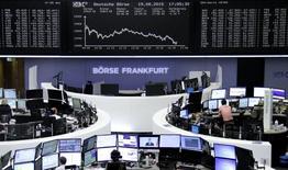 Трейдеры на торгах фондовой биржи во Франкфурте-на-Майне 19 августа 2015 года. Основной фондовый индекс Европы может показать максимальный месячный спад с 2008 года, потеряв с начала августа более $1 триллиона стоимости акций из-за опасений о состоянии экономики Китая. REUTERS/Staff/remote