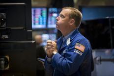 Трейдер Нед Зеллес на торгах Нью-Йоркской фондовой биржи 21 августа 2015 года. Уолл-стрит в понедельник оказалась на коррекционной территории, а индекс Dow опустился ниже 16.000 пунктов впервые с февраля 2014 года, после 8-процентного падения китайских акций и распродажи нефти и других видов сырья.   REUTERS/Brendan McDermid
