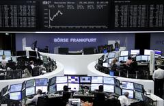 Les Bourses européennes accroissent leurs gains mardi après la publication d'un indice Ifo du climat des affaires en Allemagne meilleur qu'attendu malgré les inquiétudes entourant l'économie chinoise. Vers 10h30, l'indice CAC 40 gagne 3,41% et le DAX de Francfort prend 3,01%.  /Photo prise le 25 août 2015/REUTERS/Staff/remote