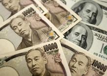 Billetes de 10.000 yenes japoneses y de 100 dólares, en la oficina central del Banco Cambiario de Corea del Sur, en una ilustración fotográfica tomada en Seúl, 22 de octubre de 2010. El dólar se apreciaba ampliamente el martes, en un respiro tras una caída a mínimos en siete meses frente al yen y por un alza de los rendimientos de los bonos del Tesoro de Estados Unidos, aunque la mayoría de los inversores eran cautos por la desaceleración en el crecimiento global debido a China. REUTERS/Truth Leem