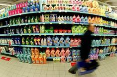 Покупатель у прилавка с моющими средствами в супермаркете в Брюсселе. 29 октября 2003 года. Бытовая химия ряда западных компаний пропадет с российских прилавков, сообщила Федеральная служба по надзору в сфере защиты прав потребителей и благополучия человека, сославшись на выявленное несоответствие токсикологическим показателям безопасности. REUTERS/Yves Herman