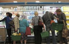 Покупатели в супермаркете в Минске. 20 сентября 2011 года. Национальный банк Белоруссии ожидает некоторого ускорения инфляции в августе из-за ослабления белорусского рубля и усиления роста цен до 18 процентов по итогам года, по сравнению с 16,22 процента в прошлом году. REUTERS/Vasily Fedosenko