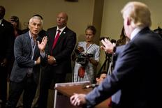 Jornalista Jorge Ramos (esquerda) dialogando com Donald Trump (de costas), durante entrevista coletiva.   26/08/2015   REUTERS/Ben Brewer