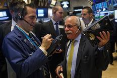 Operadores trabajando en la bolsa de Wall Street en Nueva York, ago 26 2015. Las acciones en Estados Unidos abrieron con una fuerte alza aunque luego recortaban pérdidas el miércoles, después de que datos mostraron que los pedidos de bienes duraderos en ese país subieron más de lo esperado en julio.  REUTERS/Lucas Jackson