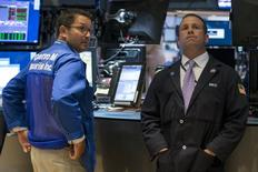 Трейдеры на торгах Нью-Йоркской фондовой биржи 25 августа 2015 года. Фондовые рынки США завершили торги среды максимальным ростом за четыре года, так как слова чиновника ФРС дали инвесторам надежду, что центробанк не повысит процентные ставки в сентябре. REUTERS/Brendan McDermid