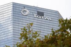 Штаб-квартира Total в квартале Ля-Дефанс близ Парижа 21 октября 2014 года. Французская нефтяная компания Total договорилась о продаже двух газопроводов в Северном море американской инвестиционной компании за 585 миллионов фунтов стерлингов ($907 миллионов), сообщила Total в четверг. REUTERS/Charles Platiau