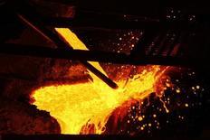 Cobre derretido es vertido en la planta de procesamiento de KGHM, en Glogow, 10 de mayo de 2013. El cobre subía el jueves luego de que los comentarios de un funcionario de la Fed ayudaron a calmar el nerviosismo en los mercados globales por la desaceleración económica en China, y mientras los inversores están preocupados por nuevas caídas para un metal que opera cerca de mínimos de seis años. REUTERS/Peter Andrews
