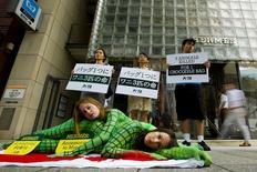 Ativistas do grupo de direitos animais Peta protestam contra o uso de pele de crocodilo em frente à loja da grife Hermès em Tóquio, no Japão. 30/07/2015 REUTERS/Thomas Peter