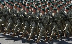 Украинские пограничники на параде в честь Дня независимости в Киеве 24 августа 2015 года. Премьер-министр Украины, добившейся передышки в выплате повисшего бременем на падающей экономике внешнего долга, пообещал не снижать финансирования оборонных нужд и приводить армию к стандартам НАТО. REUTERS/Gleb Garanich