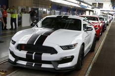 Un Mustang Shelby GT350R en la línea de producción de Ford en la planta de la compañía en Flat Rock, EEUU, ago 20, 2015. El gasto del consumidor en Estados Unidos subió en julio debido a que los hogares aumentaron sus compras de automóviles, lo que ofreció nueva evidencia de la fortaleza de la economía que podría mantener la puerta abierta a un alza de las tasas de interés de la Reserva Federal este año.  REUTERS/Rebecca Cook
