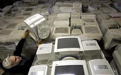 Entreprise de recyclage informatique à Bordeaux. Seulement un peu plus d'un tiers (35%) des déchets d'équipements électriques et électroniques sont correctement recyclés en Europe, selon une étude des Nations Unies et d'Interpol. D'après cette enquête, la Suède et la Norvège sont les deux pays d'Europe qui s'approchent le plus de l'objectif de 85% de déchets recyclés fixé par une directive européenne. A l'inverse, la Roumanie, l'Espagne et Chypre font figure de mauvais élèves, avec moins de 20% des déchets électriques et électroniques recyclés. /Photo d'archives/REUTERS/Régis Duvignau