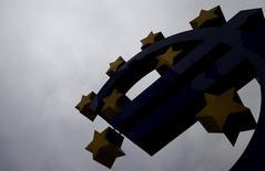 Escultura do logo do euro em frente a ex-sede do Banco Central Europeu, em Frankfurt.  17/07/2015   REUTERS/Kai Pfaffenbach