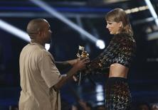 Taylor Swift e Kanye West durante premiação da MTV, em Los Angeles.  31/08/2015   REUTERS/Mario Anzuoni