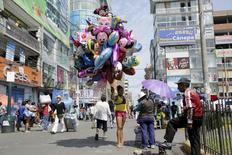 Un mujer vende globos en la zona comercial de Gamarra, en Lima, Perú, 16 de abril de 2015. Perú recortó su estimación de crecimiento económico para este año a un 3,0 por ciento desde la proyección de entre un 3,5 y 4,5 por ciento calculada en abril, indicó el lunes el proyecto de presupuesto elaborado por el Ministerio de Economía. REUTERS/Mariana Bazo
