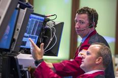 Operadores en sus puestos de trabajo en la bolsa de Wall Street en Nueva York, ago 27, 2015. Wall Street operaba con bajas el lunes, presionado por los comentarios emitidos el fin de semana por el vicepresidente de la Reserva Federal estadounidense, Stanley Fischer, respecto de que el banco central mantendría la puerta abierta a un alza de tasas de interés en septiembre.  REUTERS/Lucas Jackson