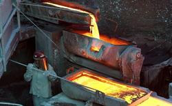Un trabajador monitorea un proceso dentro de la planta de refinería de cobre de Codelco Ventanas, en la ciudad Ventanas, al noroeste de Santiago, 7 de enero de 2015. La actividad económica en Chile habría crecido un 2,2 por ciento interanual en julio tras débiles datos sectoriales, especialmente del sector manufacturas y de la minería del cobre, la principal exportación del país, reveló un sondeo de Reuters. REUTERS/Rodrigo Garrido