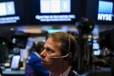 Un operador en la bolsa de Wall Street en Nueva York, ago 27, 2015. Wall Street cerró el lunes en baja y registró su peor desempeño mensual desde 2012, luego que un alto funcionario de la Reserva Federal de Estados Unidos avivó los temores de los inversores a un alza de las tasas de interés en septiembre.  REUTERS/Lucas Jackson