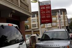Los precios de diversos combustibles en una gasolinera en San Francisco, mayo 13 2015. El petróleo subió el lunes por tercera jornada consecutiva, avanzando más de un 8 por ciento, después de que una revisión a la baja de los datos de producción en Estados Unidos y la voluntad de la OPEP para hablar con otros productores ayudaron a ampliar el mayor avance de los precios en 25 años.  REUTERS/Robert Galbraith