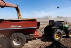 Un camión cargando un cargamento de soja en Chacabuco, Argentina, abr 24 2013. La soja cerró en alza el lunes en Argentina, impulsada por las ganancias de la oleaginosa en Chicago, en la primera sesión de actividad tras una huelga comercial de productores agrícolas que prácticamente paralizó al mercado local durante toda la semana pasada, dijeron operadores.    REUTERS/Enrique Marcarian