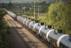 Неиспользуемые нефтяные цистерны на путях Western New York & Pennsylvania Railroad близ Хинсдейла, Нью-Йорк. 24 августа 2015 года. Цены на нефть упали на торгах в Азии во вторник почти на 3 процента из-за закрытия коротких позиций и фиксации прибыли после того, как Brent и WTI набрали на предыдущей сессии более 8 процентов. REUTERS/Lindsay DeDario