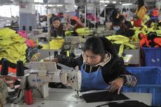 Цех швейной фабрики в Хэфэе. 19 января 2015 года. Активность в фабричном секторе Китая сокращалась в августе максимальными темпами как минимум за три года, так как число зарубежных и внутренних заказов упало. REUTERS/Stringer