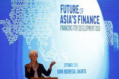 La reciente volatilidad en los mercados financieros mundiales ha mostrado la rapidez con la que los riesgos pueden extenderse de una economía a otra, dijo el miércoles la directora gerente del Fondo Monetario Internacional (FMI) en Yakarta. En la imagen, Lagarde en el inicio de una conferencia en Yakarta el 2 de septiembre de 2015.  REUTERS/Darren Whiteside
