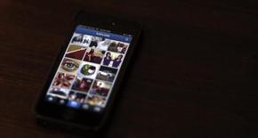 Un celular muestar la aplicación de Instagram, en Pasadena, California, 14 de agosto de 2013. Instagram sumó el martes nuevas características que permitirán a sus usuarios intercambiar mensajes en privado y conversaciones grupales, en momentos en que el servicio para compartir fotografías y video por internet busca competir con el rápido crecimiento de Snapchat. REUTERS/Mario Anzuoni