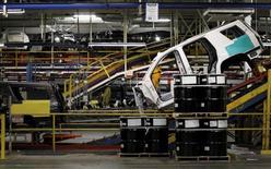 Les commandes à l'industrie ont progressé de 0,4% pour le deuxième mois consécutif en juillet aux Etats-Unis, notamment sous l'effet d'une solide demande pour les automobiles, qui pourrait contribuer à soutenir un secteur mis à mal par la vigueur du dollar et le fléchissement de la demande mondiale. /Photo prise le 9 juin 2015/REUTERS/Mike Stone