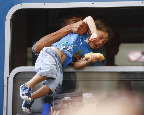 Migrant train leaves Budapest