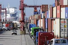 Camiones hacen fila para recoger contenedores en el Puerto de Long Beach, 27 de octubre de 2014. El déficit comercial de Estados Unidos cayó en julio a su menor nivel en cinco meses ante un alza de las exportaciones, lo que apunta a una fortaleza subyacente en la economía en medio de preocupaciones sobre una desaceleración del crecimiento mundial. REUTERS/Bob Riha Jr.