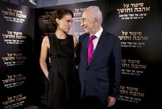 """Director and actress Natalie Portman (L) speaks with former Israeli President Shimon Peres during a photocall for her film """"A Tale of Love and Darkness"""" in Jerusalem, September 3, 2015. REUTERS/Ronen Zvulun"""