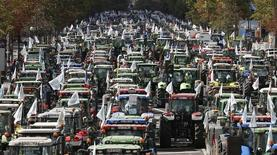 Granjeros franceses a bordo de sus tractores rumbo a una protesta en París, sep 3 2015. Una protesta de agricultores franceses llegó a París el jueves con más de 1.500 tractores para exigir al Gobierno que haga más para lidiar con la crisis que afecta a los sectores de la carne y los lácteos, que dejó a algunas granjas al borde de la quiebra en el principal productor agrícola de la Unión Europea.     REUTERS/Charles Platiau