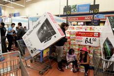 Unos clientes realizando compras al interior de un supermercado de la cadena Wal-Mart en Ciudad de México, 17 de noviembre de 2011. La confianza del consumidor de México cayó en agosto frente a julio, por segundo mes consecutivo, debido principalmente a la peor percepción de los mexicanos ante la situación económica actual y esperada del país, dijo el viernes el instituto nacional de estadísticas. REUTERS/Henry Romero