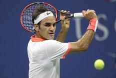 Roger Federer of Switzerland returns a shot to Steve Darcis of Belgium during their second round match at the U.S. Open Championships tennis tournament in New York, September 3, 2015. REUTERS/Carlo Allegri