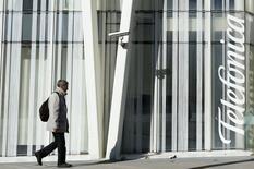 Le président du directoire de Vivendi n'exclut pas que le groupe français augmente à l'avenir sa participation dans l'opérateur télécoms espagnol Telefonica mais il ne prévoit pas dans l'immédiat d'augmenter sa part dans Telecom Italia. /Photo d'archives/REUTERS/Albert Gea