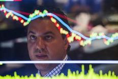 Les difficultés des économies émergentes, en particulier le ralentissement en Chine, et les incertitudes provoquées par le relèvement attendu des taux d'intérêt aux Etats-Unis ont déjà désorienté les investisseurs et pourraient maintenant les conduire à revoir à la baisse leurs prévisions de résultats et provoquer de nouveaux remous à la Bourse de New York. /Photo prise le 1er septembre 2015/REUTERS/Lucas Jackson