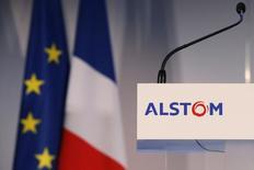 Alstom est une des valeurs à suivre à la Bourse de Paris mardi, dans l'attente, sans doute dans la journée, du feu vert de la Commission européenne au rachat par General Electric de la branche énergie de l'entreprise française pour 12,4 milliards d'euros. /Photo prise le 2 décembre 2014/REUTERS/Stéphane Mahé