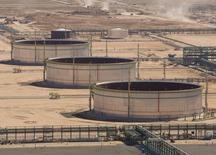 Емкости для нефти на территории завода Болашак в Казахстане. 11 августа 2009 года. Казахстан на фоне падения мировых цен на нефть ждет снижения добычи углеводородного сырья в 2016 году до 77,0 миллионов тонн с запланированных на 2015 год 80,5 миллиона, несмотря на обещания запустить гигантский Кашаган, и хочет снизить экспортную пошлину на нефть. REUTERS/Shamil Zhumatov