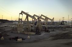 Unidades de bombeo de petróleo operando cerca de Long Beach, California, California, 30 de julio de 2013. Los futuros de petróleo Brent subían el martes un 4 por ciento gracias a que las alzas en los mercados de acciones ayudaban al referencial internacional de crudo a recuperar parte del terreno perdido en la sesión anterior. REUTERS/David McNew