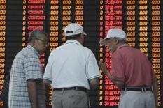 Inversores hablan frente a un tablero electrónico que muestra la información de las acciones en una correduría en Shanghái, China, 9 de septiembre de 2015. Las acciones chinas rebotaron por segundo día consecutivo el miércoles a un máximo de tres semanas, y el mercado de Shanghái pasó a territorio positivo en lo que va del año por la esperanza de un estímulo adicional del Gobierno. REUTERS/China Daily